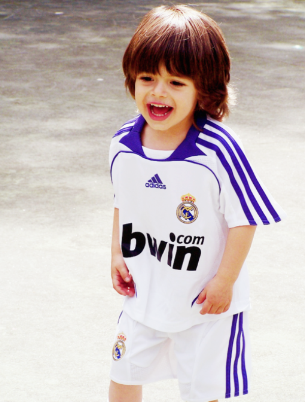 Gambar bayi cantik pakai baju seragam sepak bola bercelona
