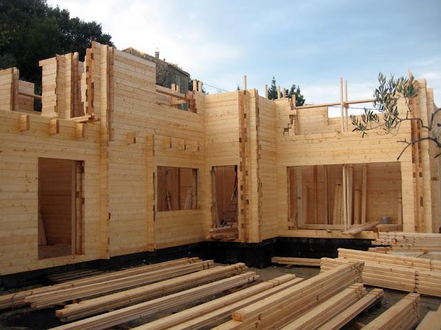 CASA Y VIGAS DE MADERA EN CONSTRUCCIÓN