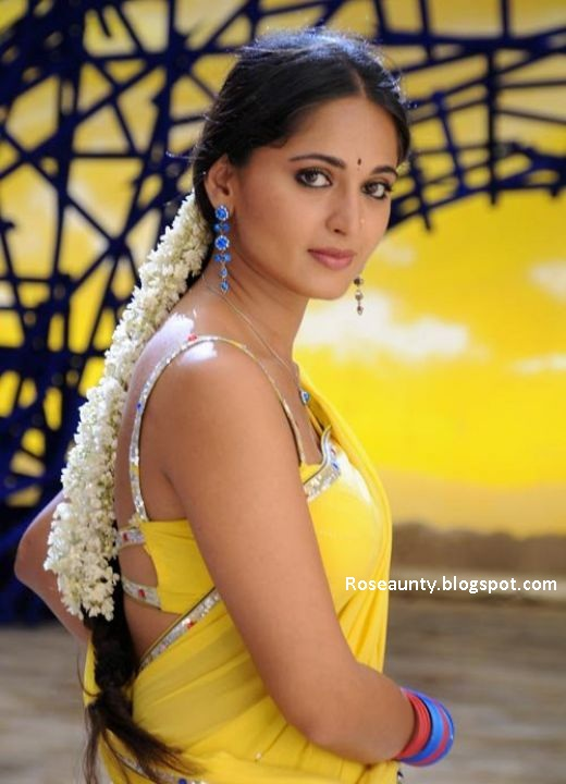south indian actor Anushka in saree hot cleavage and navel show