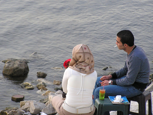 Влюбленная парочка пьет чай на берегу Нила