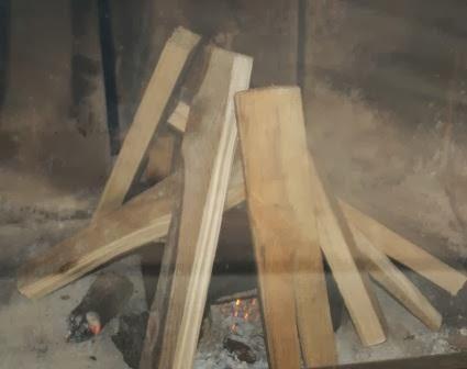 Ponowna próba rozpalenia w kominku