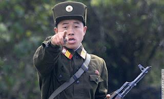 la proxima guerra militar soldado corea del norte señalando a la camara