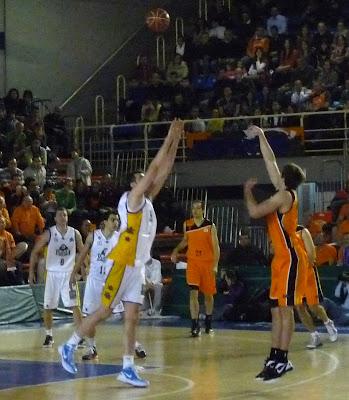 Sinanovic intentando taponar a R. Kurz