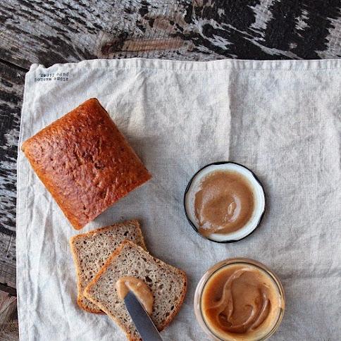 Chleb żytni z jabłkiem i miód cynamonowy