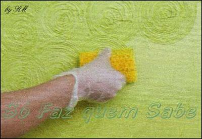 Fazendo desenhos na massa de textura aplicada na parede utilizando o rolo rígido