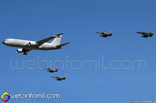 Formacion de aviones KC-767 y cazabombarderos Kfir de la FAC.