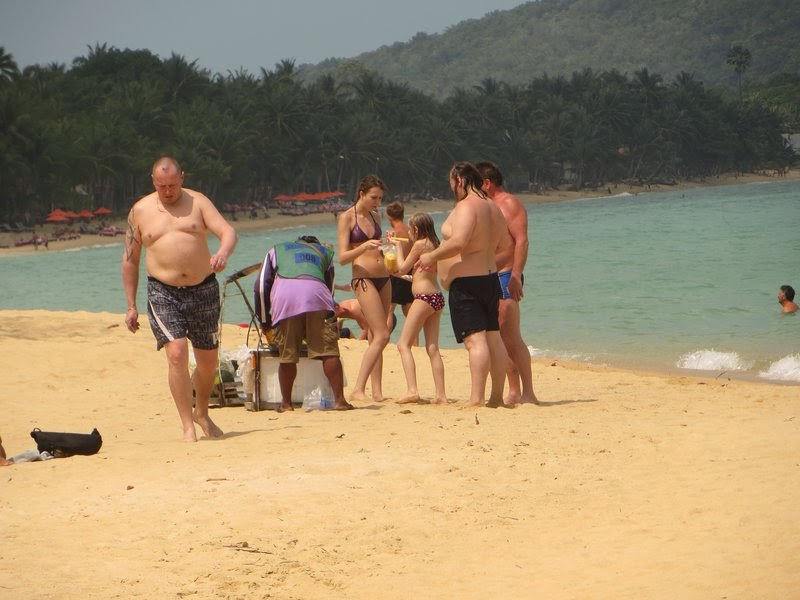 Жирные туристы на пляже