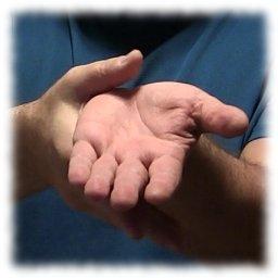 Observa tu mano cerrándose y olvida tu nombre, truco de mentalismo revelado