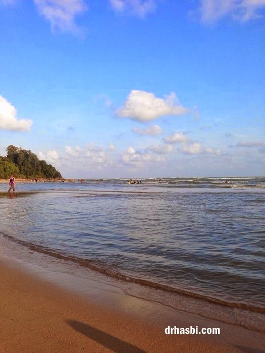 mandi di Pantai Cherating