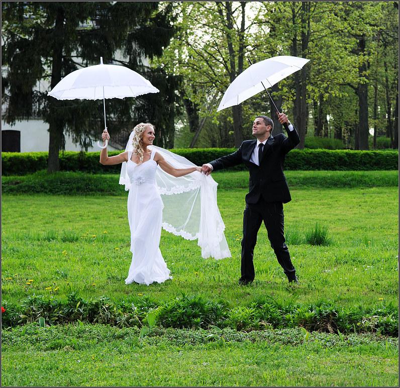 balti vestuviniai skėčiai
