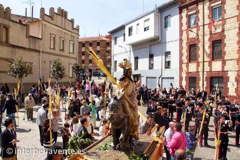 http://interbenavente.es/not/7100/las-palmas-marcan-el-camino-de-inicio-de-la-semana-santa-benaventana/