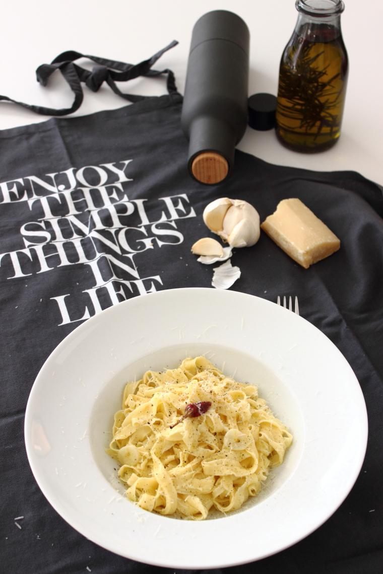 """Pasta all'uovo Eiernudeln selbstgemacht, Rezept hier bei kebo homing, """"Typisch für... im November.. Lieblingsessen"""" monatliches Blogevent, Foodstyling, Rezept, Fotografie vom Südtiroler Food- und Lifestyleblog"""