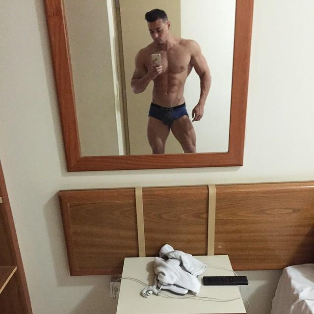 De cueca, Felipe Franco tira selfie diante do espelho e confere o físico sarado. Foto: Arquivo pessoal