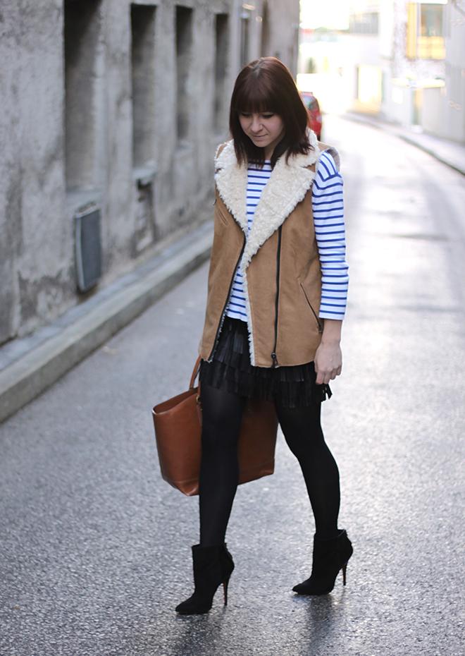 outfit, trend, fashionblogger, fransenrock, lederrock, zara, streifenshirt, weste, fakefur, pumps, ankle boots, highheels