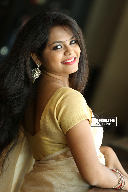 Anchor Sandhya Romantic Smile Stills In Saree – Site Index