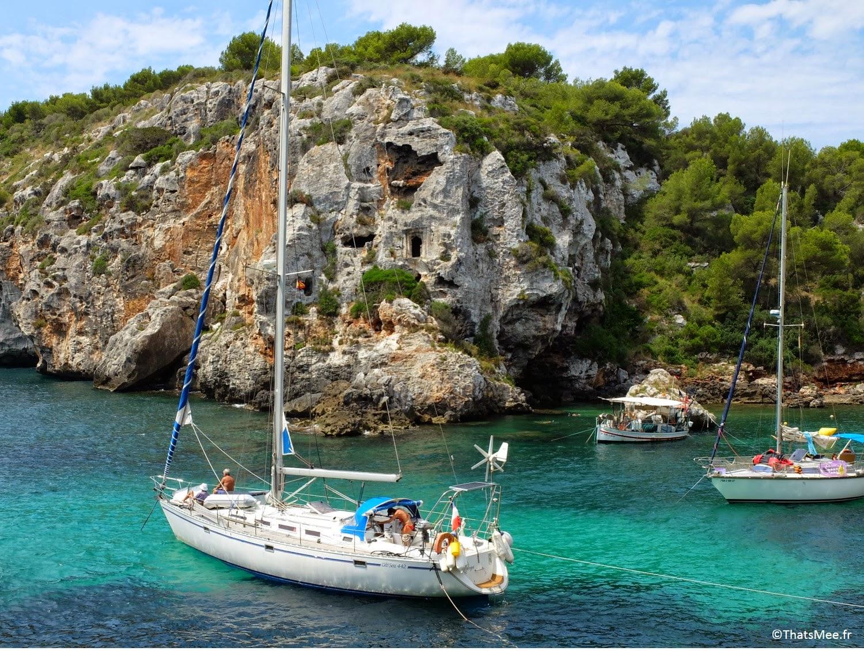 plage port bateaux voiliers Calas Coves crique nécropoles grottes Minorque Menorca