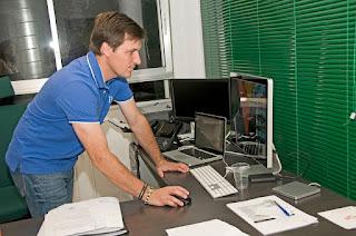 Fernando G. Nicolás, en su despacho, comenzando la jornada
