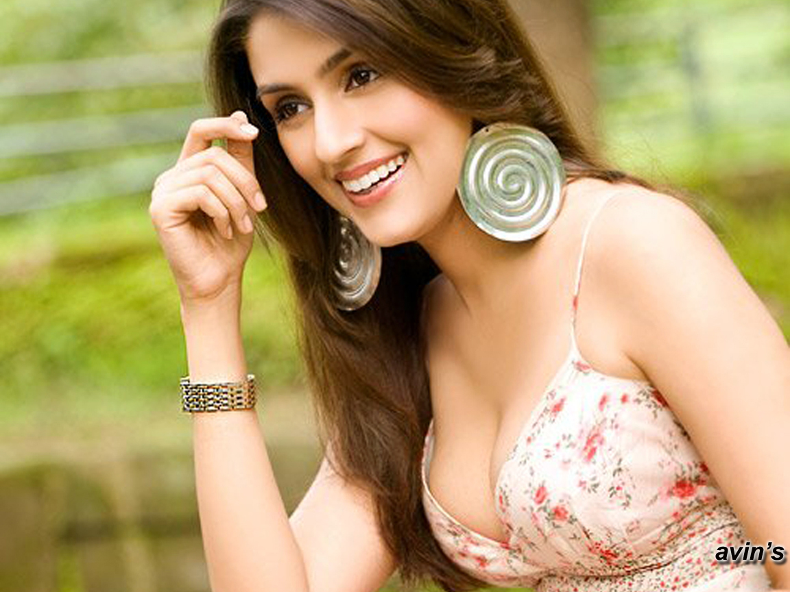 Fashion Trix Bollywood Actress Aarti Chhabria In Hot Clothes