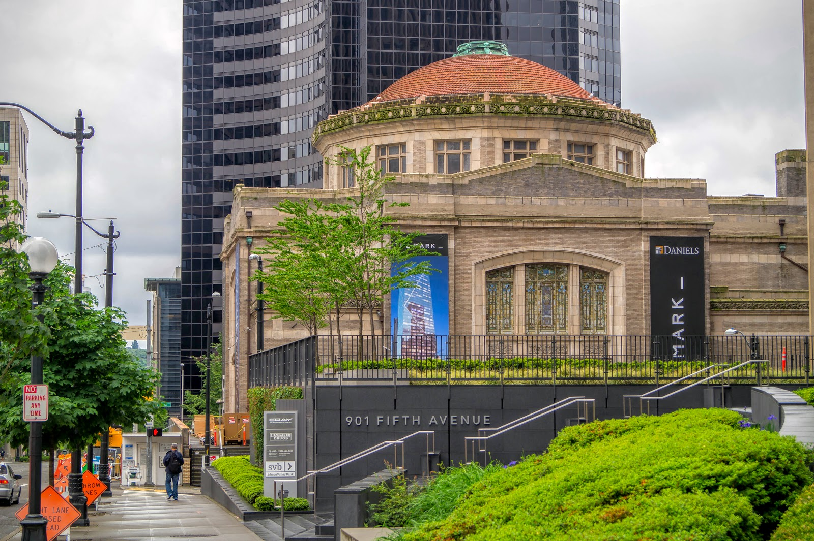 Под Коламбия-центром приютился концертный зал Дениэлс, построенный в 1908 году.