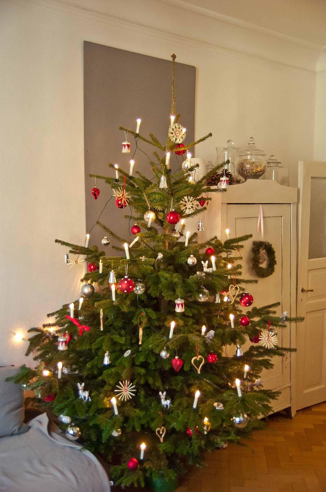 der weihnachtsbaum steht lottaleben. Black Bedroom Furniture Sets. Home Design Ideas