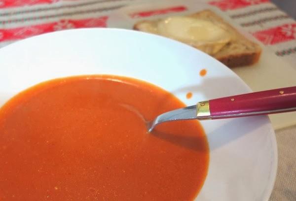 Tuorejuustolla maustettu tomaattikeitto