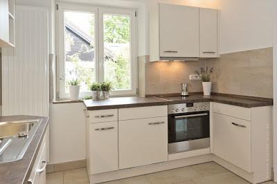 Kleine Küche mit modernen Haushaltsgeräten und viel Stauram