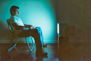 تجنب مشاهدة التلفاز في غرفة مظلمة والسبب  - رجل يشاهد التلفاز التليفزيون - man watch tv television
