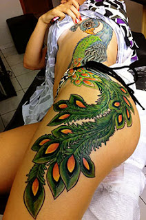 Fotos de tatuagens de pavão na coxa feminina
