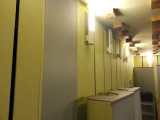 Zdjęcie ustroju akustycznego na ścianie studia nagrań PWroc