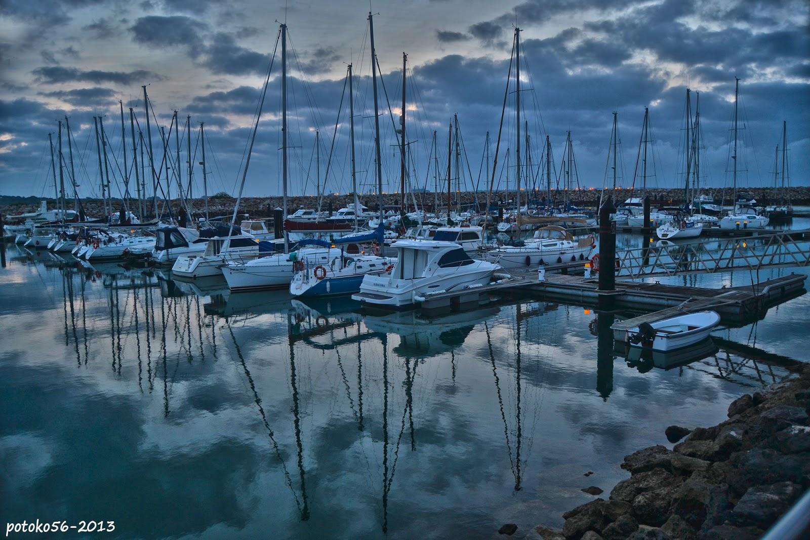Reflejos de las nubes en el mar Muelle de Rota
