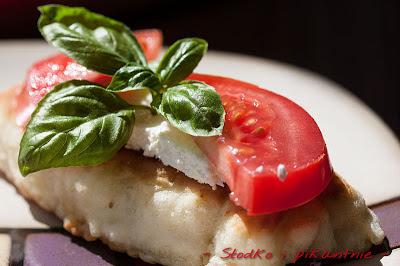 Propozycja podania - placek na sodzie z białym serem i pomidorem