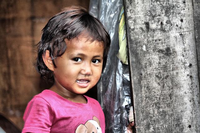 Photo du jour avec une enfant, habitante d'un quartier défavorisé de Phnom Penh. Cette partie de l'agglomération bénéficie du soutien de la Fondation Ermine Norodom à travers le programme Shanty Town Spirit.