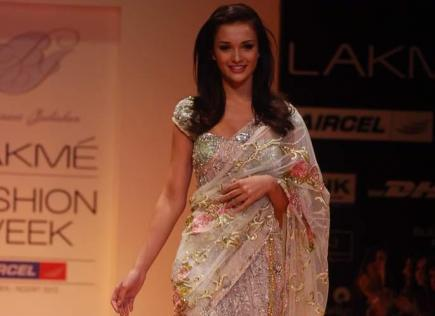 Amy Jackson in Saree Ramp Walk front pose - Amy Jackson walks the ramp for Bhairavi Jaikishan