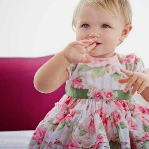 Photo bébé jolie avec robe fleuri