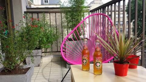 mobilier scoubidou un fauteuil acapulco sur une terrasse parisienne. Black Bedroom Furniture Sets. Home Design Ideas