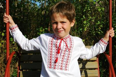 Детская вышиванка с геометрическим узором вышитая крестиком