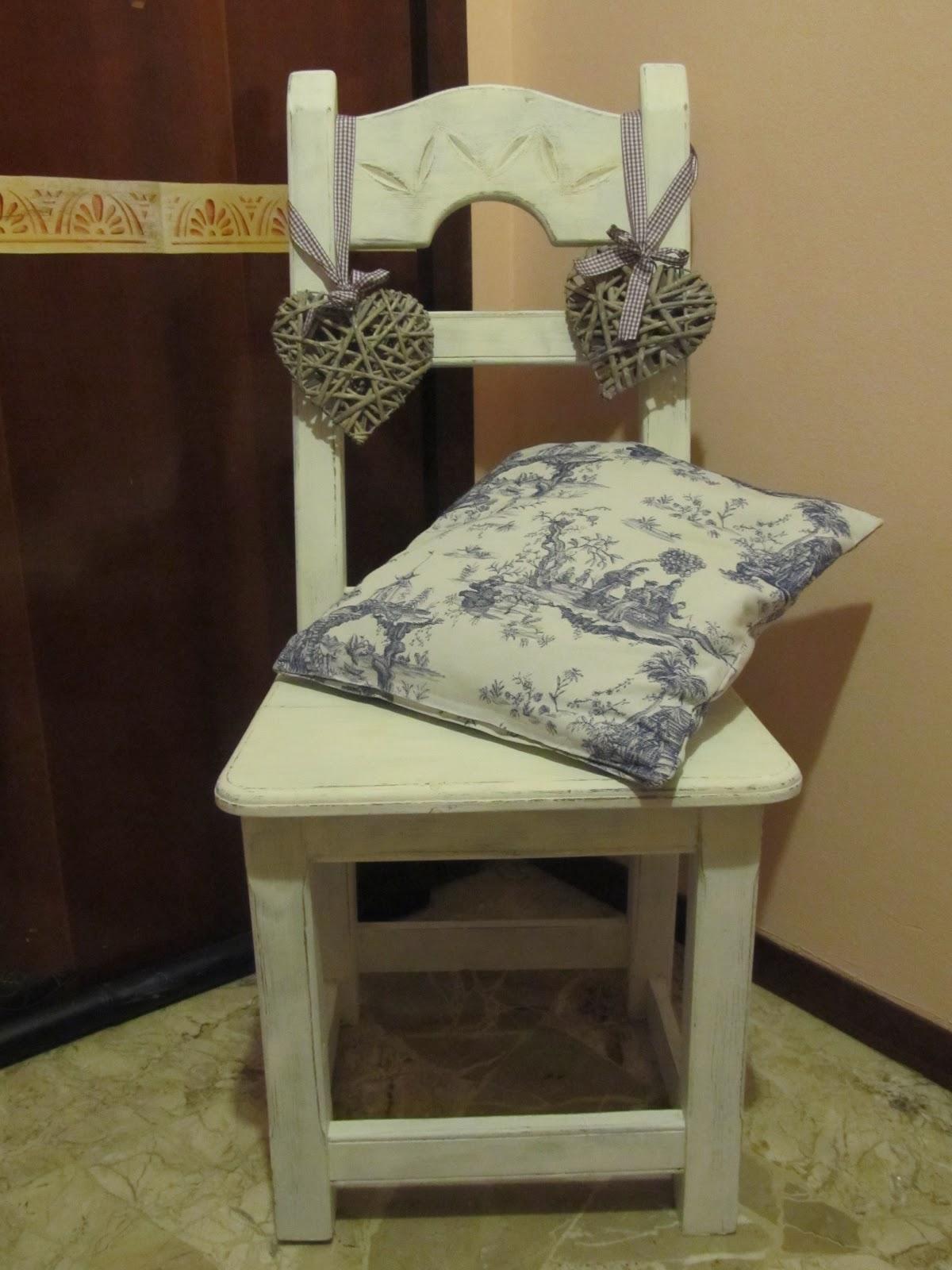 Shabby style casa shabby cornice e sedia shabby chic for Cuscini per sedie stile shabby