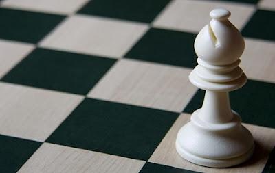 Alfil sobre tablero de ajedrez