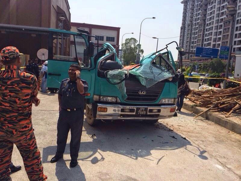 Gambar Pemandu Lori Dihempap Kren Di Melaka