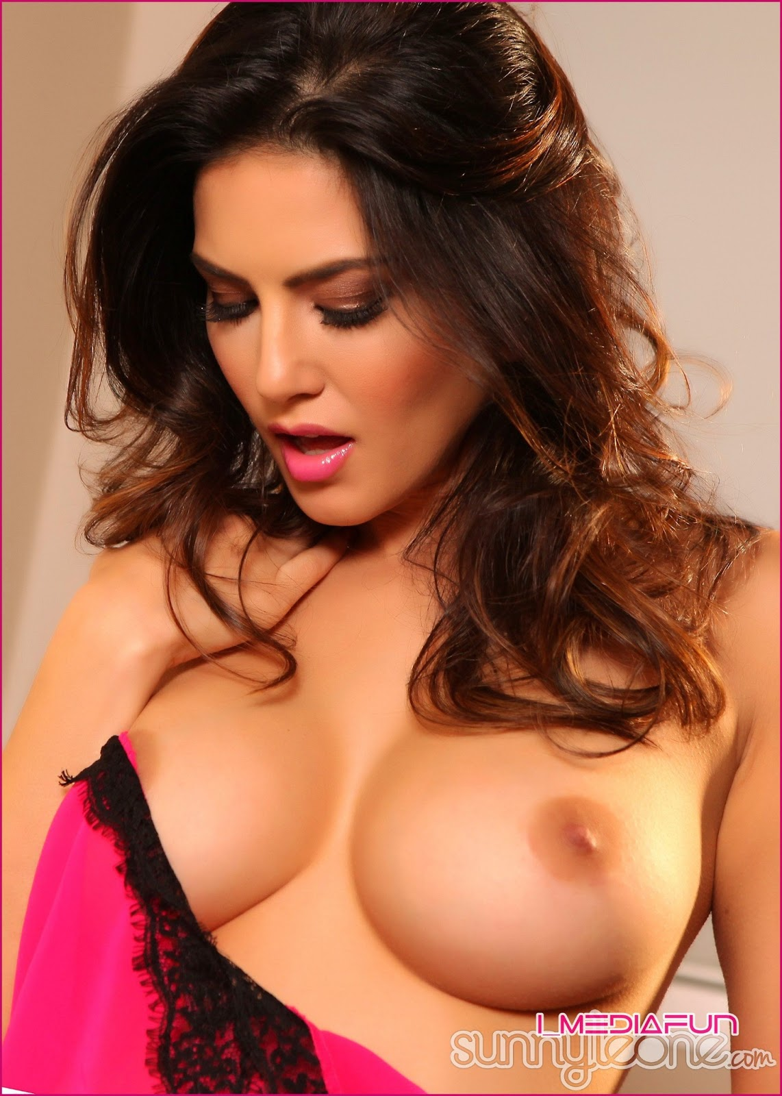 www.CelebTiger.com+Indian+Nude+Actress+Sunny+Leones+Pretty+in+Pink+(08+JUNE+13)++(16) Sunny Leone Showing Her Big Round Boobs And Juicy Pussy HQ Photo Gallery