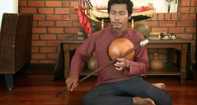 La cithare sur bâton monocorde à résonateur en calebasse est dénommée kse diev, khse muoy, say dieu aux translittérations près. Elle existe au Cambodge au moins depuis le VIIème siècle. Sa pratique a failli disparaître après la période des Khmers Rouges. puisque la plupart des musiciens avaient été exterminés. Grâce à la ténacité de maître Sok Duch, plusieurs musiciens de la jeune génération peuvent désormais en assurer la pérennité. Ici l'un des plus brillants d'entre eux :  Sinat Nhok.  Une réalisation de Patrick Kersalé / © Patrick Kersalé  2013