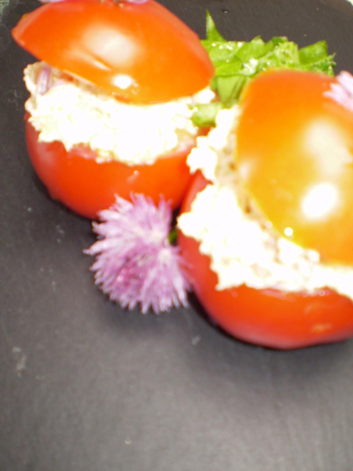 Tomates farcies au thon, yaourt et ciboulette, salade d'herbes du jardin