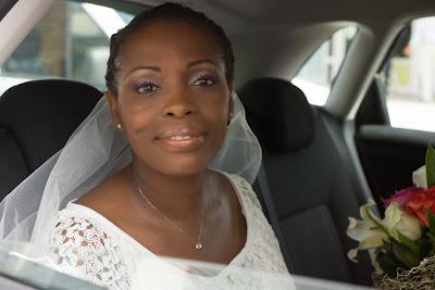 la mariée attend dans la voiture devant la mairie du Gosier en Guadeloupe