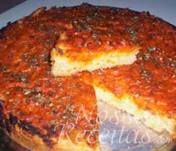 receita de torta pizza preparada com sardinha e molho de tomate.