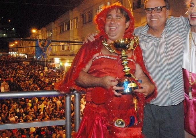 Secretário de Turismo, Ronaldo Fialho (do meio), comemora sucesso do primeiro dia de Carnaval ao lado do presidente do bloco Piranhas da Serra, Aranha, e de um dos premiados