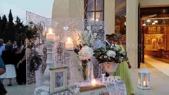 διακόσμηση γάμου ανθέμιο σε λευκό vintage