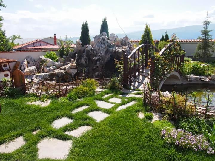 Мостче градина с декоративни скалички 1