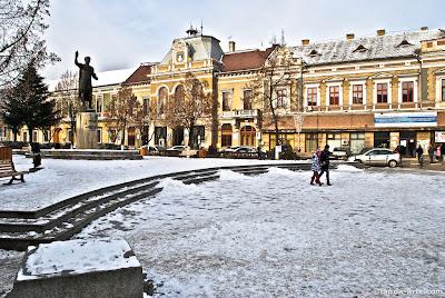 Escultura de Trajan en una plaza de Deva un día de invierno