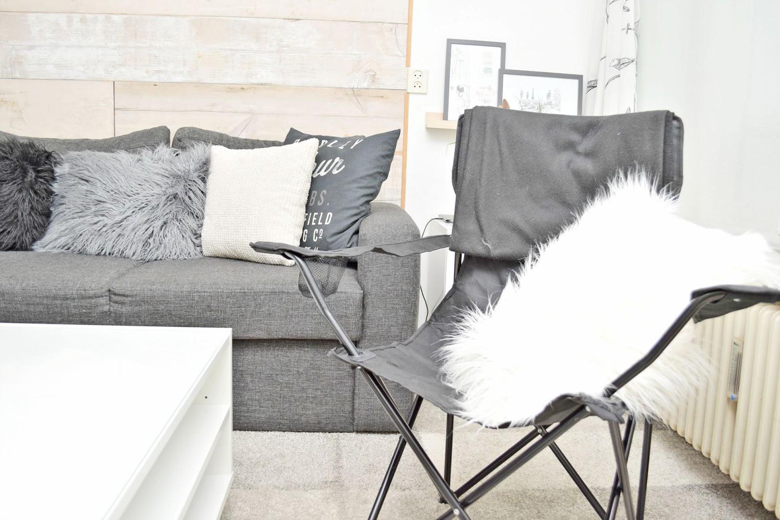 kampingowe krzesło w mieszkaniu