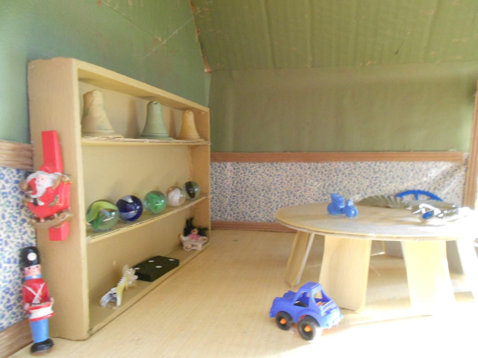 Bidt af billedkunst!: møbler og anden indretning til miniby